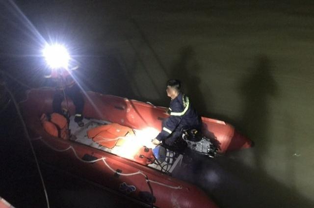 """Tìm kiếm người dưới sông vì thấy xe máy, điện thoại """"vô chủ"""" trên cầu"""