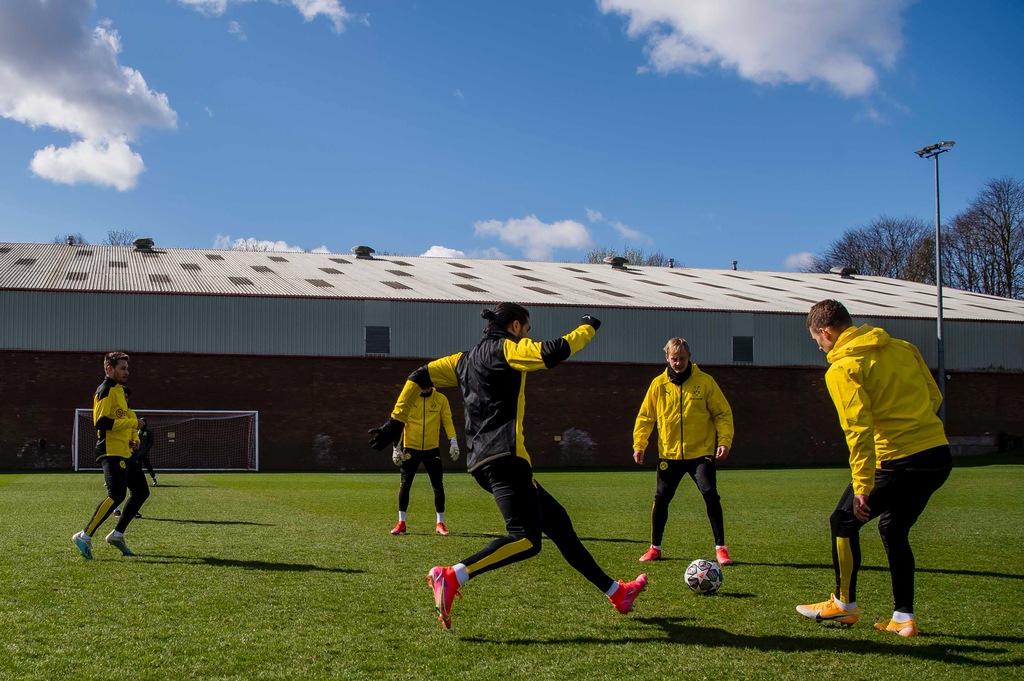 Erling Haaland hiện diện trên sân tập của Man Utd