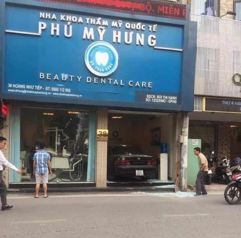 """Hà Nội: Ô tô Camry """"nằm gọn"""" trong phòng khám răng sau tai nạn"""