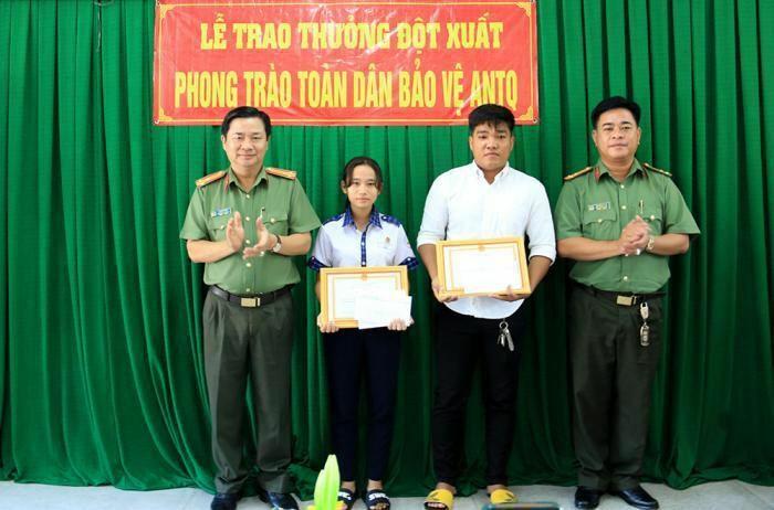 Giám đốc Công an tỉnh An Giang tặng giấy khen cho nữ sinh dũng cảm bắt trộm