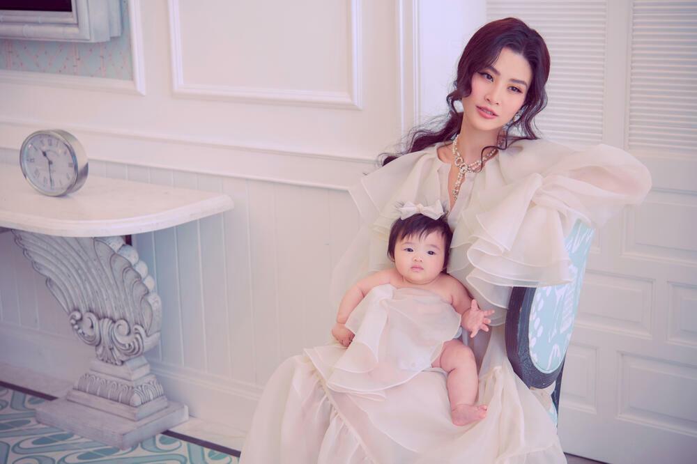 Đông Nhi cùng Winnie làm mẫu ảnh, con gái xinh đẹp chiếm hết spotlight của mẹ