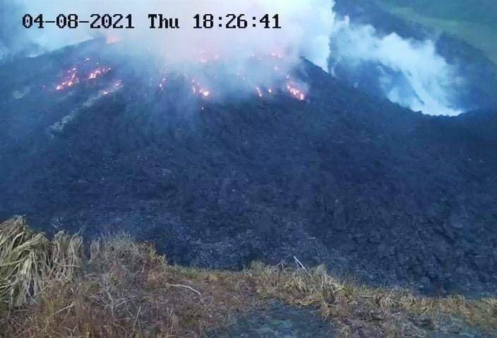 Núi lửa phun trào tại Caribbean sau 42 năm, hàng nghìn người sơ tán