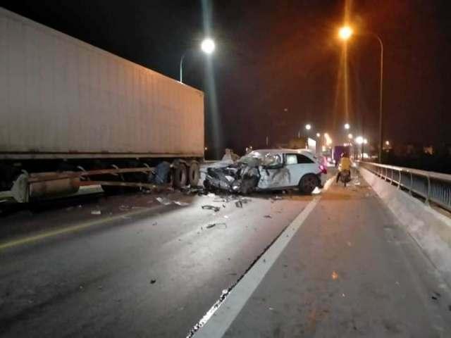Quảng Bình: Ô tô con đối đầu xe tải trong đêm, 1 người tử vong