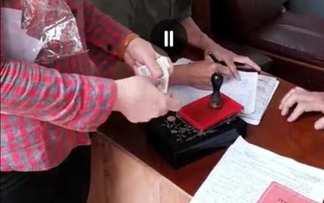 Vụ thu 100.000 đồng làm CCCD: Tạm đình chỉ công tác 3 cán bộ Công an