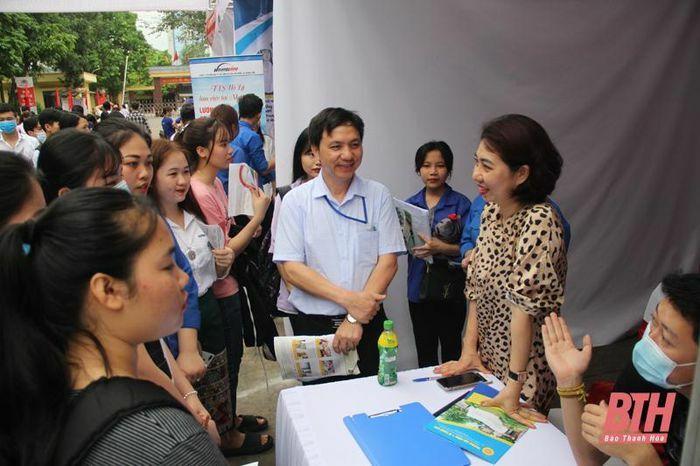 Gần 2.000 học sinh, sinh viên được tư vấn, giới thiệu việc làm