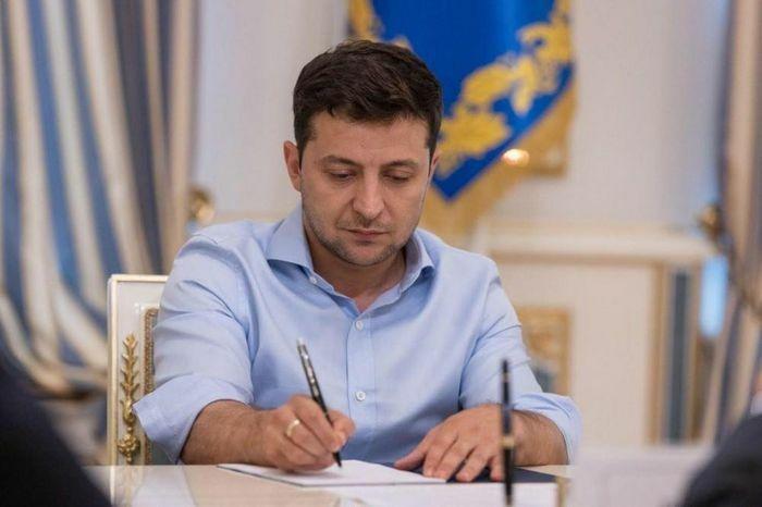 """Tổng thống Ukraine """"vung tay múa bút"""", hàng chục thực thể Nga hứng đòn"""