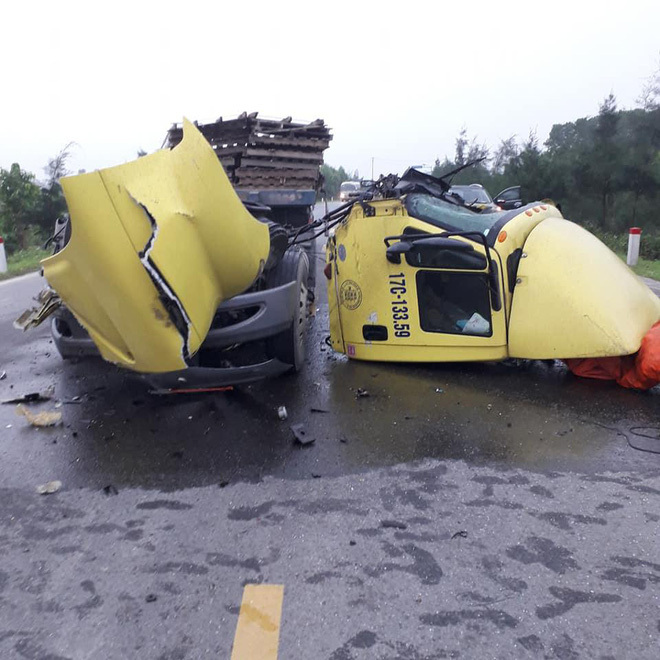 Húc đuôi ô tô tải, container rụng buồng lái – hiện trường vụ tai nạn khiến người chứng kiến sốc