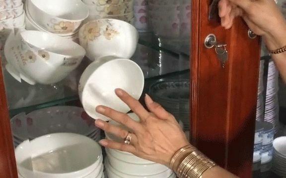 Dở khóc dở cười trước cảnh bát trong tủ nhưng không biết lấy kiểu gì: Bây giờ khỏi ăn cơm hay là để vỡ đây?