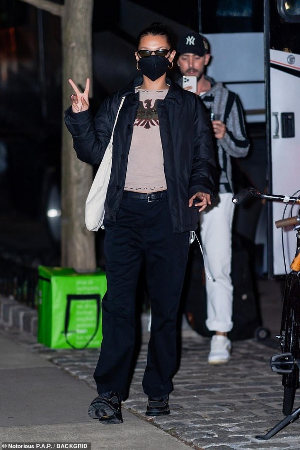 Bella Hadid giản dị ra phố sau khi kết thúc buổi chụp hình