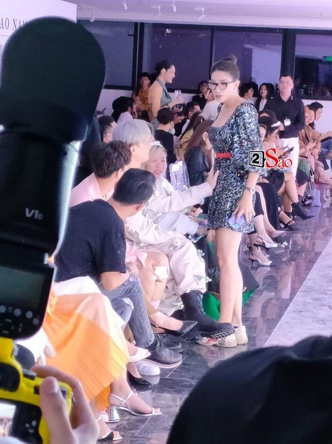 Đồng nghiệp rủ nhau 'khám bụng' Trang Trần giữa sự kiện