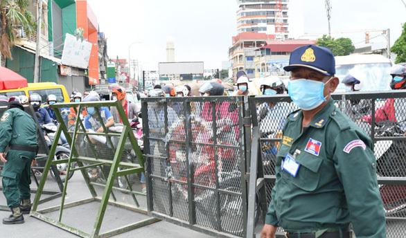 Campuchia gia hạn lệnh cấm đi lại ngăn COVID-19