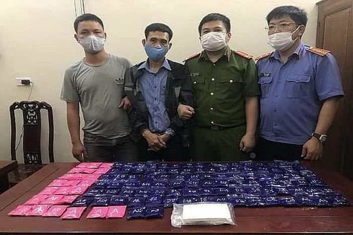 Bắt đối tượng vận chuyển 1 bánh heroin và 24.000 viên hồng phiến