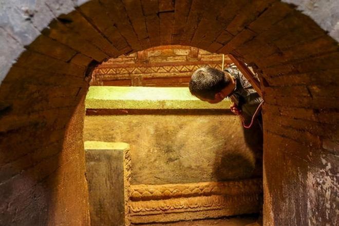 Phát hiện quan tài cổ bằng vàng ròng khi đào bể nước, đến đinh cũng bằng vàng, chủ nhân là ai mà hoang đường tới vậy?