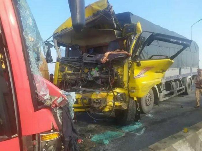 Quảng Bình: Hai ôtô tông trực diện trên cầu Gianh, 5 người thương vong