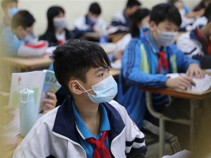 Hà Nội yêu cầu học sinh nghiêm túc đeo khẩu trang từ nhà đến trường