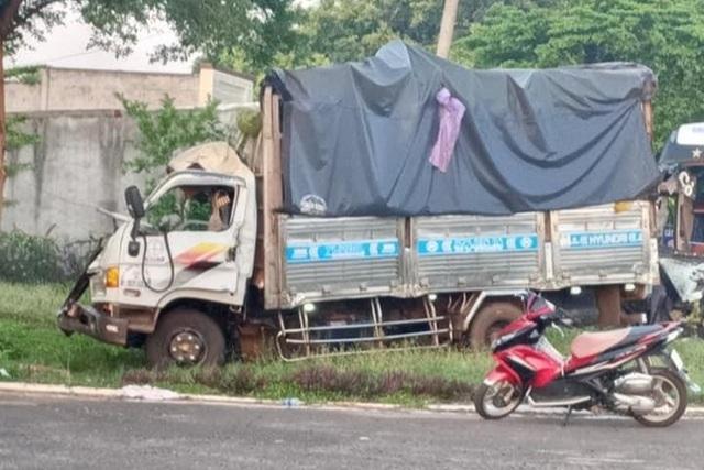 Xe chở rau củ va chạm xe khách, 1 người chết, nhiều người bị thương