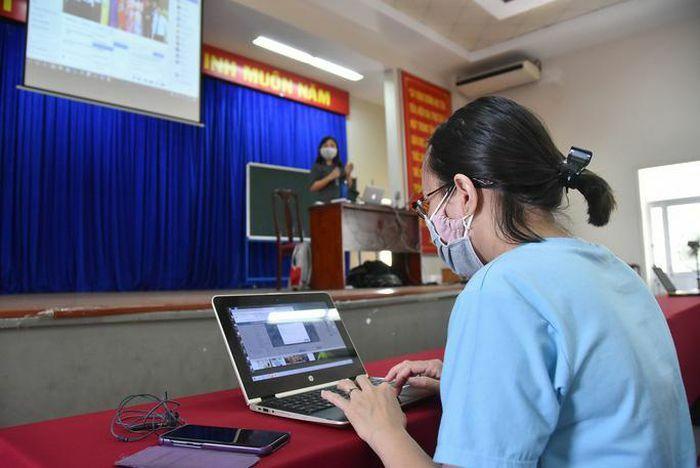 Dạy học trực tuyến: Vẫn bị động, đối phó