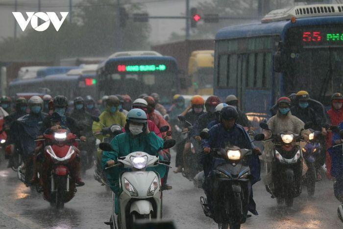 TPHCM mưa lớn kéo dài, phương tiện giao thông di chuyển khó khăn