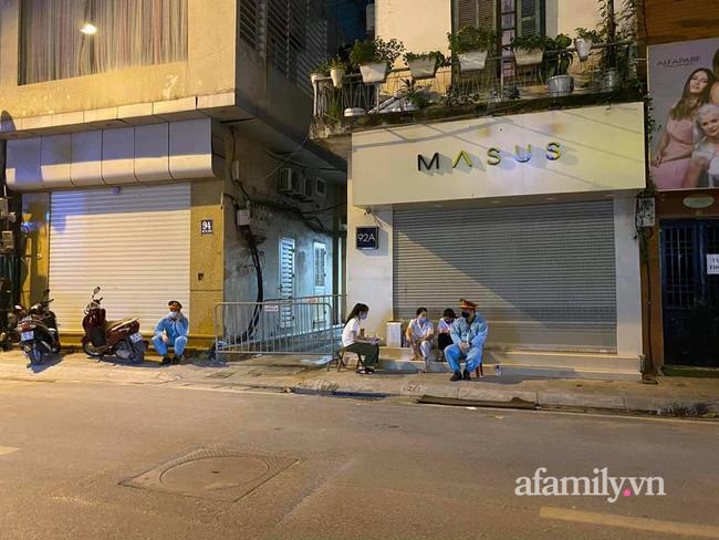 Hà Nội phong tỏa con ngõ trên phố Bùi Thị Xuân sau ca dương tính SARS-CoV-2 mới nhất, người dân mặc áo mưa kín mít ra nhận đồ tiếp tế