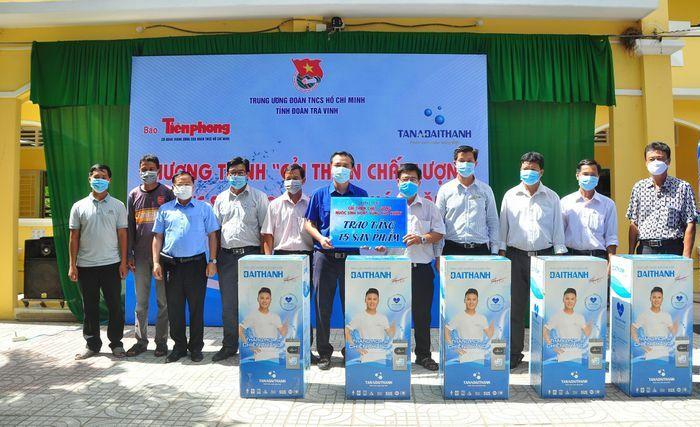 Trao tặng máy lọc nước và bồn chứa nước cho trường học tại Trà Vinh