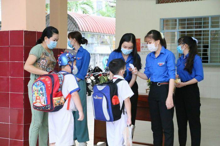 Hàng trăm học sinh cách ly vì hiệu trưởng đi cùng chuyến bay với ca mắc COVID-19