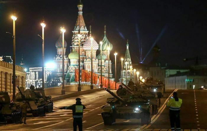 Binh sĩ, phương tiện quân sự Nga tập dượt ầm ầm trong đêm tại Moscow