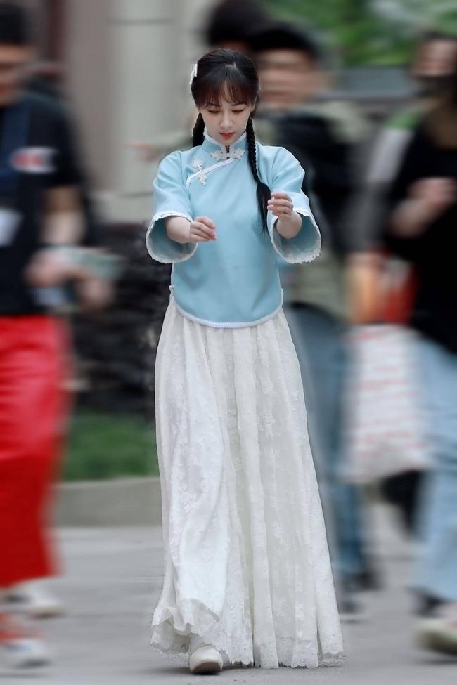 """Dương Tử mặc váy áo cực nữ tính và liên tục cười nói, """"em gái quốc dân"""" được cả CBiz yêu mến là đây?"""