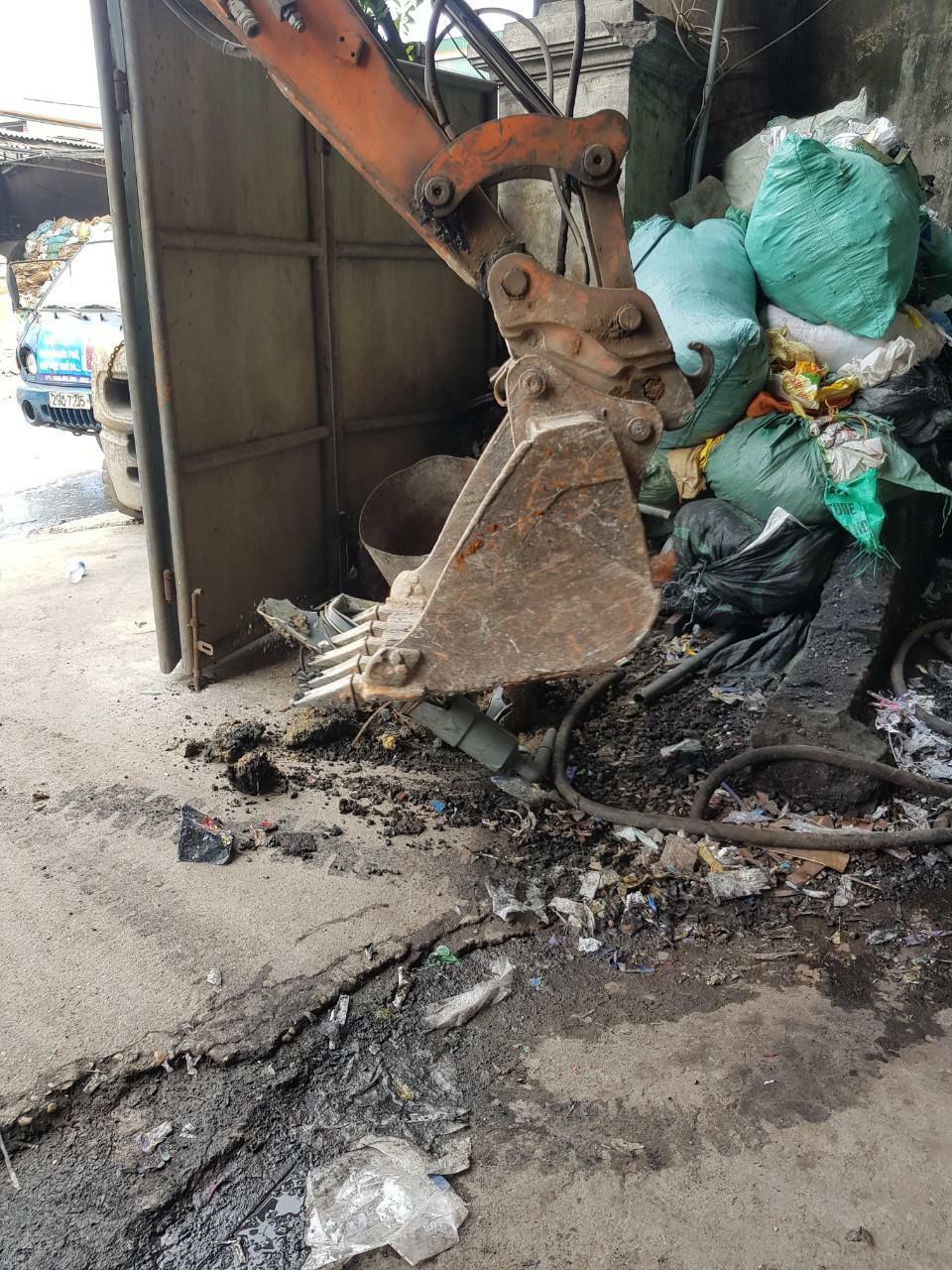 """Đưa máy móc khủng cưỡng chế, trám lấp 59 giếng khoan trái phép, tổng lực """"dọn sạch"""" ô nhiễm ở làng giấy Phong Khê"""