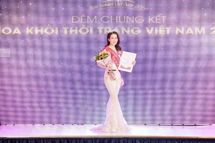 Ngất ngây trước nhan sắc mong manh tựa nàng thơ của Á khôi Đỗ Hà Trang