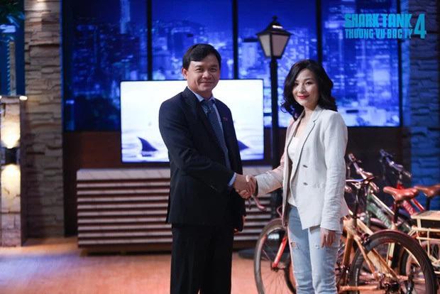 """Giữa """"bão"""" tranh cãi của netizen, nữ CEO xinh đẹp được Shark Phú rót vốn đang làm gì?"""