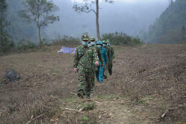 """Đường dây """"khủng"""" xuất nhập cảnh trái phép ở Lào Cai: Bất ngờ thôn đội trưởng là kẻ cảnh giới"""