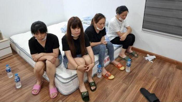 Phá cửa bắt gọn 12 người Trung Quốc nhập cảnh trái phép ở Hà Nội