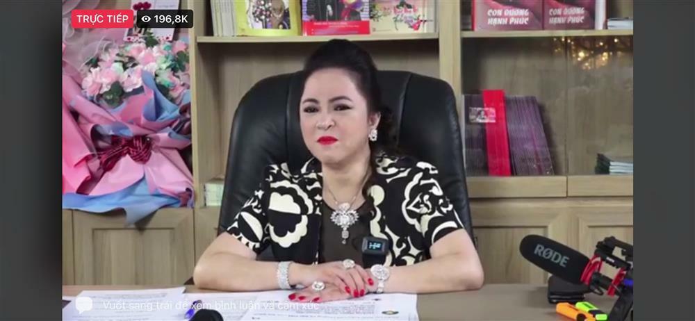 Bà Phương Hằng giản dị đi từ thiện khác xa lúc livestream bóc phốt