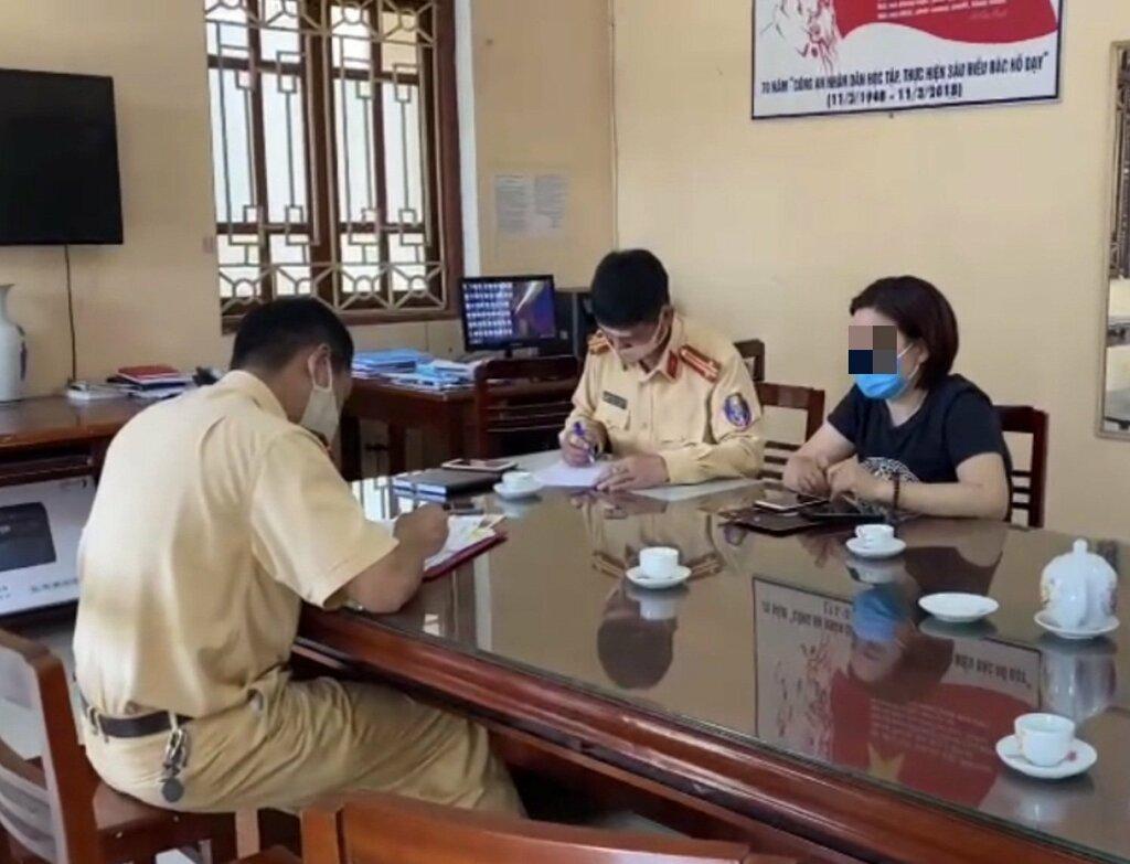 Lái xe Innova lùi trên cao tốc Hà Nội – Thái Nguyên là phụ nữ