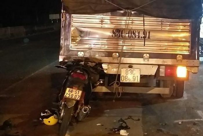 Hai người thương vong sau cú tông vào đuôi xe tải