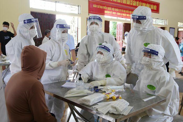 Đội quân áo trắng giữa tâm dịch Covid-19 ở Bắc Giang