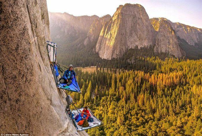 """""""Thót tim"""" với những nhà leo núi liều mạng cắm trại trên vách đá"""