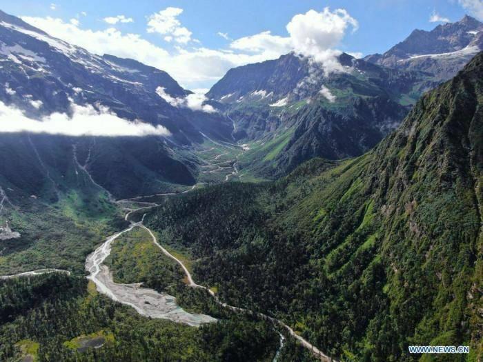 Sau 7 năm, Trung Quốc đã có đường cao tốc xuyên hẻm núi sâu nhất thế giới