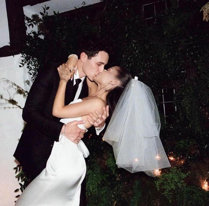 Ariana Grande hé lộ ảnh cưới ngọt ngào với bạn trai kém tuổi