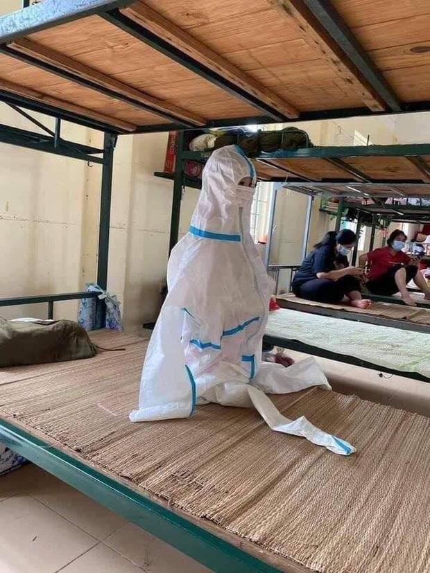 Hình ảnh những em nhỏ trong khu cách ly ở Bắc Giang: Trời nóng nực vẫn mặc bộ đồ bảo hộ rộng thùng thình, ánh mắt ngơ ngác nhìn mà thương - ảnh 1