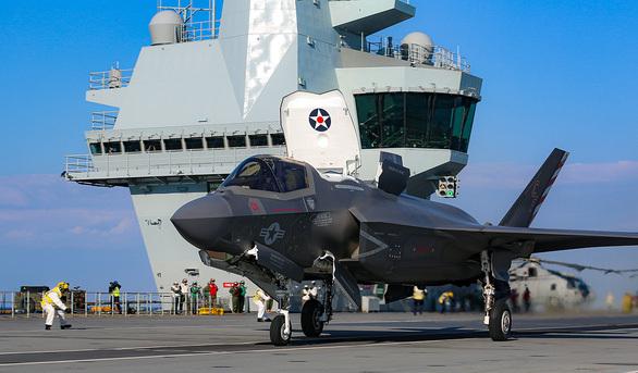 """Tàu sân bay HMS Queen Elizabeth ghé Biển Đông, Anh """"xoay trục"""" về Châu Á?"""