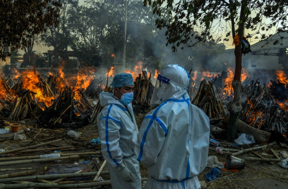 Bi kịch COVID-19 ở Ấn Độ: Con gái bất ngờ nhảy vào giàn hỏa táng cha