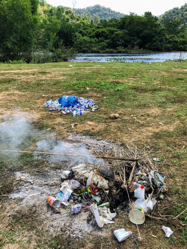 """Ngán ngẩm với cảnh cả đoàn người đi camping để lại 1 đống rác, bị phản ánh vẫn vào biện minh """"để lại cho những người nhặt ve chai""""!?"""