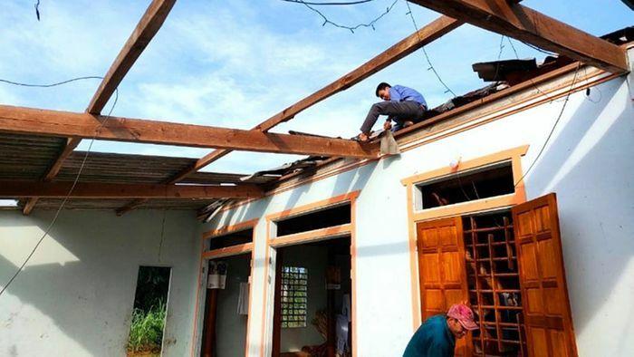 Nhiều địa phương bị thiệt hại nặng do lốc xoáy và mưa lớn