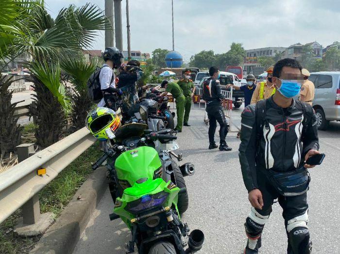 9 môtô phân khối lớn đi vào cao tốc bị CSGT bắt giữ