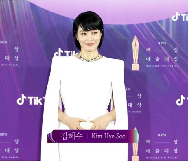 """Món đồ trong chiếc ví hàng hiệu của """"chị đại"""" Kim Hye Soo khi dự Baeksang có gì mà khiến dân tình xôn xao?"""