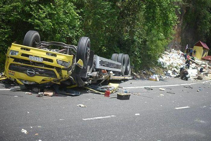 Hai người tử nạn trong vụ lật xe tải ở đèo Cù Mông