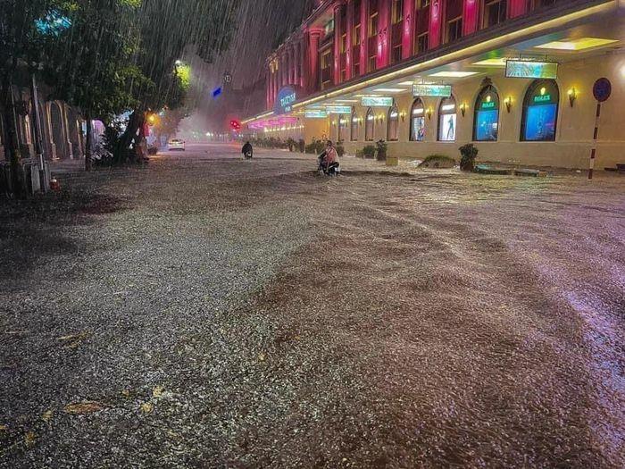 """Mưa lớn, nhiều tuyến phố Hà Nội """"hóa"""" sông"""