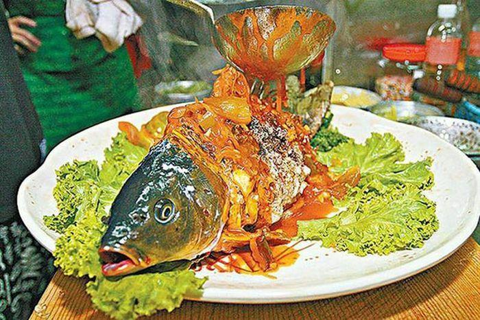"""Kinh dị món cá """"nửa sống nửa chết"""" gây tranh cãi bị cấm ở Đài Loan"""