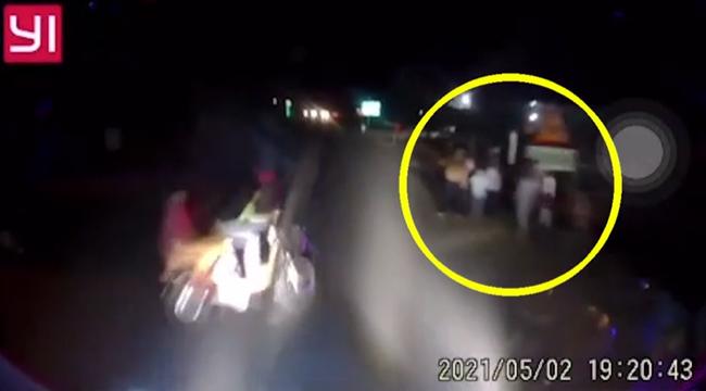 """Đi xe đạp điện băng qua đường trước đầu xe khách, 2 nữ sinh bị tông trực diện, 7 người đứng bên vệ đường suýt gánh """"hạn"""" chung"""